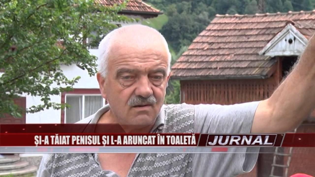 un om care își arată penisul