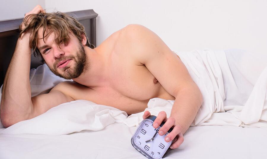 de ce bărbații nu au erecții matinale)