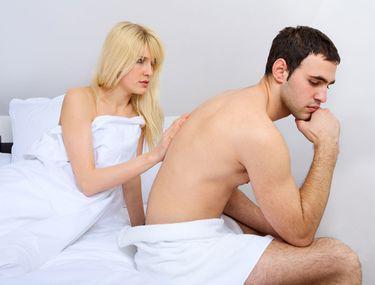 o femeie poate ajuta un bărbat să aibă o erecție