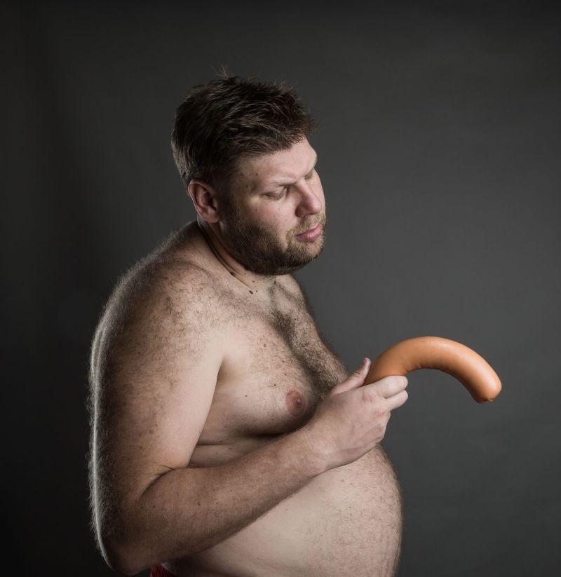 când este erect, penisul este îndreptat în jos)